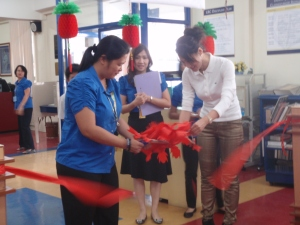 Ms. Aimee Apolinario, OIC for the Grade School, and Ms. Yolly Reyes, Chinese Dept. Head, with Ms. Jessie Ang, Asst. for Chinese Admin. Matters, cut the ribbon to open the exhibit at the GS LRC.
